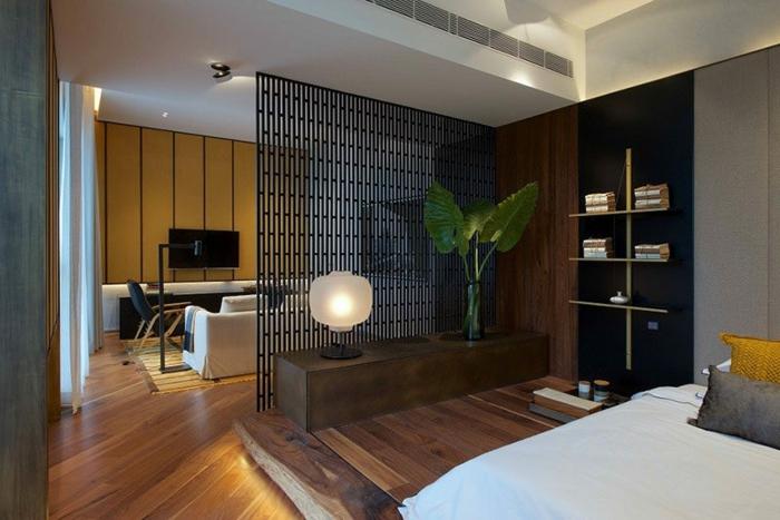 biombos ikea, separador de ambientes de metal, suelo de parquet, dormitorio separado del salón, lámparas empotradas. plantas decorativas