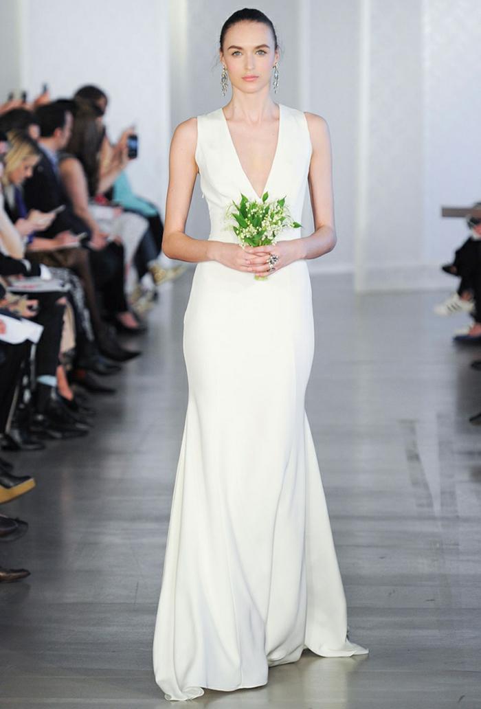 vestidos de novia 2017, vestido moderno de corte sirena con escote muy atrevido, pelo recogido peinado hacia atrás