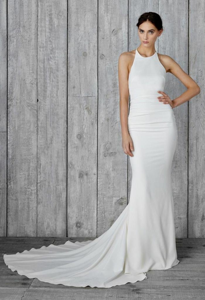 vestidos de novia 2017, vestido moderno con larga falda, propuesta de corte sirena con escote halter y hombros descubiertos