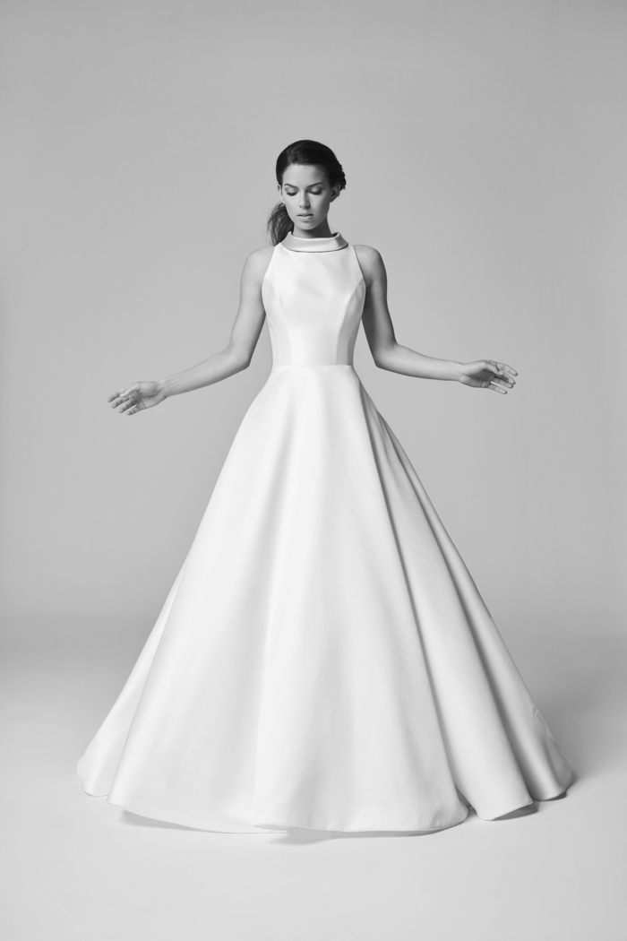vestidos de novia 2017, preciosa propuesta de corte fiesta, vestido de satén de líneas limpias, pelo recogido en coleta a un lado
