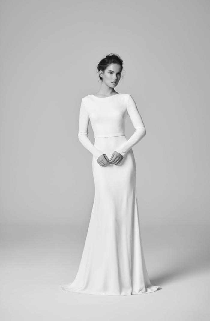 vestidos de novia sencillos, corte elegante tipo sirena con mangas largas, vestido de dos piezas, pelo recogido de manera elegante