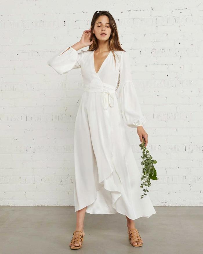 vestidos de novia 2017, vestido en estilo bohemio, propuesta muy sencilla con largas mantas y falda asimétrica