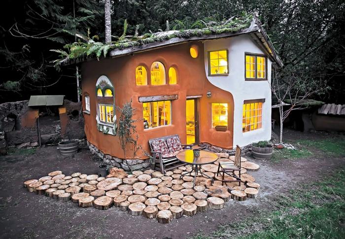 mini casas sobre ruedas, casita de ensueños decorada en dos colores, muchas ventanas de diferente tamaño y forma