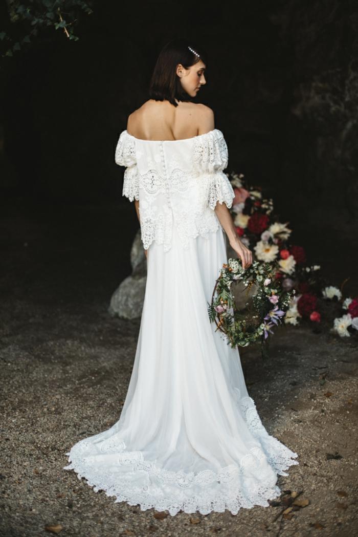 vestidos bonitos, vestido en boho chic con falda muy larga con ornamentos y mangas sueltas de encaje, pelo suelto con adorno en blanco