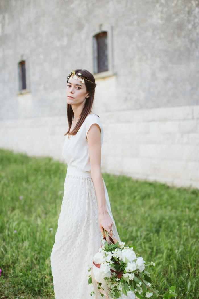 vestidos boda civil, propuesta en estilo boho, vestido simple con falda de encaje, pelo semirecogido con precioso adorno en dorado
