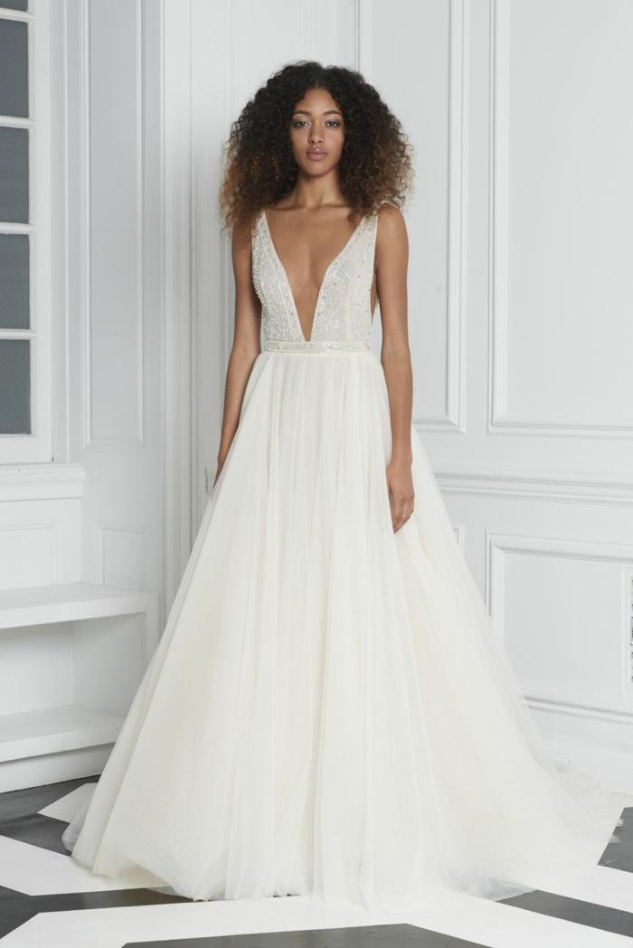vestidos de novia sencillos, vestido de corte princesa con escote grande en V, falda de visillo muy voluminosa y pelo suelto