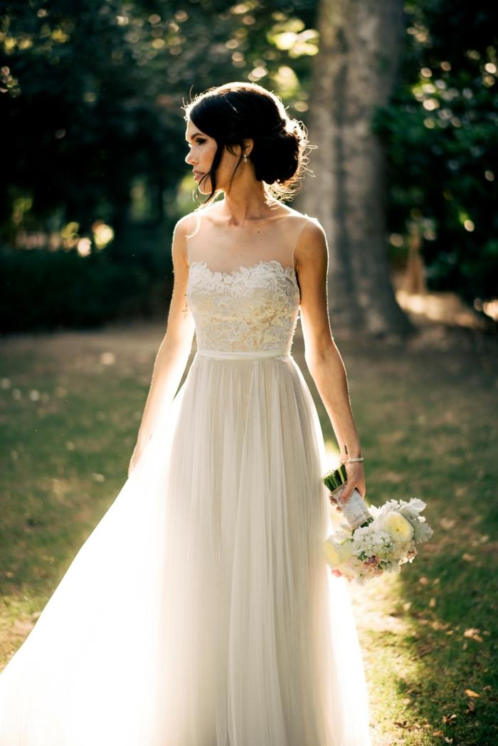 vestidos bonitos, propuesta romántica, falda de tul y parte superior con escote ilusión, pelo recogido en grande moño bajo