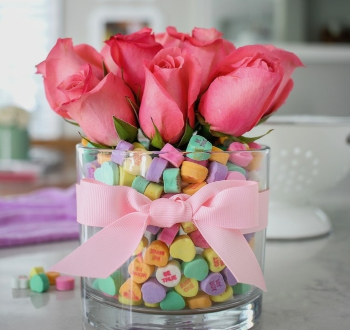 jarrón de cristal lleno de caramelos en colores con mensajes, como sorprender a tu pareja ideas fáciles