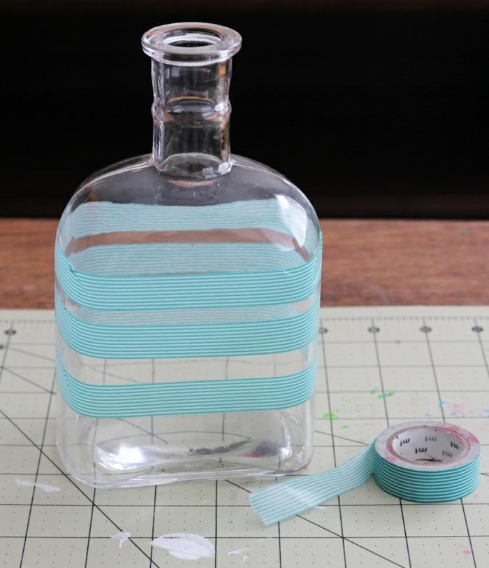 decoración original para una botella de whiskey, cicnta adhesiva en blanco y azul, manualidades recicladas fáciles de hacer