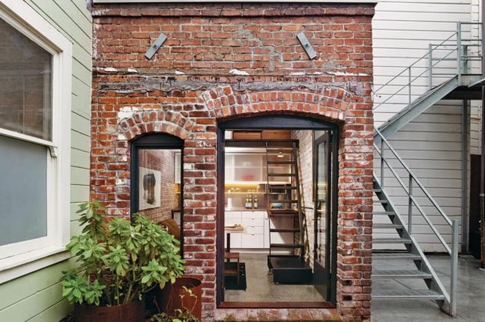 casas moviles, casa simple en forma cuadrada hecha de ladrillos, puerta de diseño elegante, vivienda de dos plantas