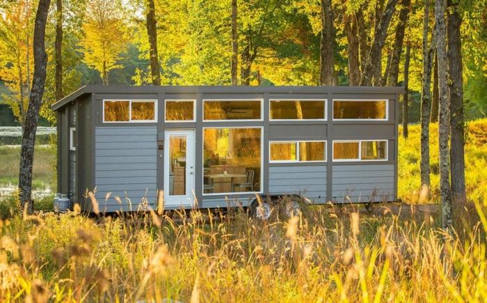 casas moviles, diseño simple da una casa larga y ancha hecha de madera, casa en tonos gris, bonito paisaje otoñal