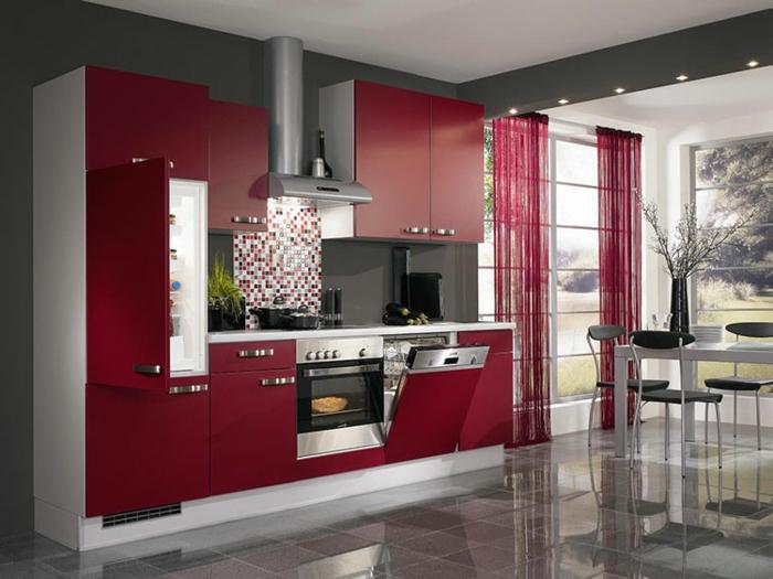 cortinas baratas, precioso visillo en color bordeos, armarios en rojo, cocina con comedor espaciosos