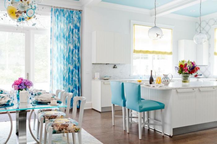 cortinas baratas, cocina con comedor en colores claros, cortinas en color aguamarina, comedor con alta barra y sillas tapizadas en azul