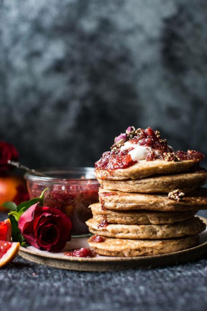 como sorprender a tu pareja con un desayuno romántico con crepes, decoración de rosa roja, mermelada de fresas casera