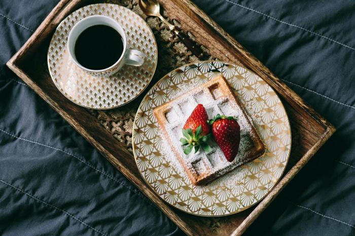 desayuno de encanto en la cama, como sorprender a tu pareja de una manera original, crepe con fresas y taza de cafe