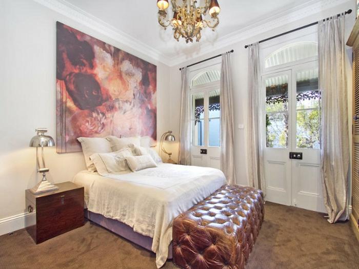 decorar dormitorio vintage con cuadros modernos, pie de cama en capitoné tapizado de piel, cortinas color plata