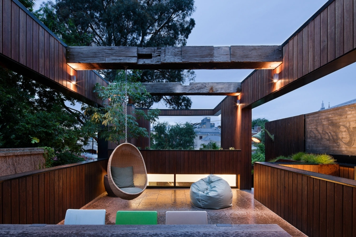 diseño original de pérgola de madera sin techo, ideas para decorar terrazas, muebles modernos, sillas de diferentes colores, lámparas modernas