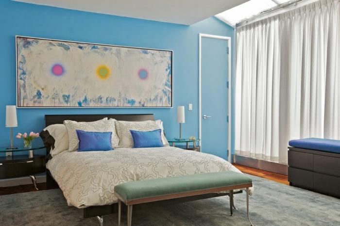 grande pintura puesta encima de la cama matrimonio, paredes en azul claro y cortinas de visillo, cómo decorar con cuadros modernos
