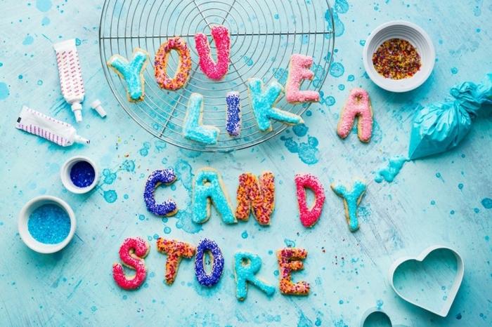 propuesta original sobre como sorprender a tu pareja con unas galletas casera coloridas con mensaje de amor