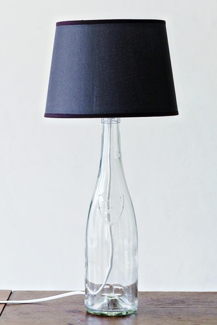 lámpara original con una botella de vidrio reciclada, manualidades con botellas de plastico y vidrio, ideas originales