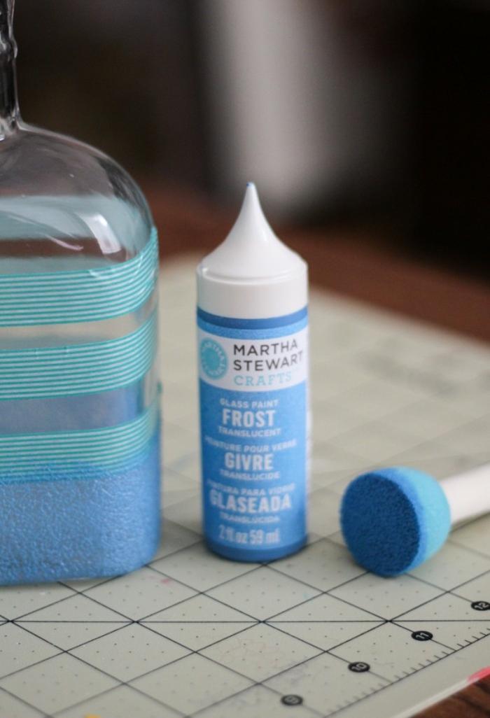 cómo pintar una botella de vidrio de manera atractiva, manualidades recicladas, ideas encantadoras y fáciles de hacer