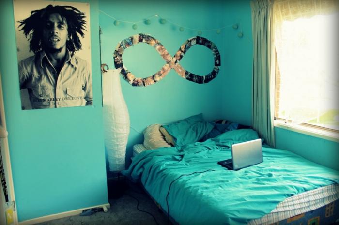 fotos familiares, habitación decorada en color aguamarina con fotos pegados en la pared en la forma de una espiral, ideas DIY para decorar la casa
