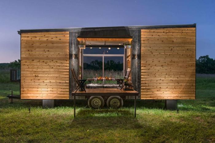 casas moviles,mini casa de campo prefabricada colocada en una valle, ideas para una cena romántica en la veranda