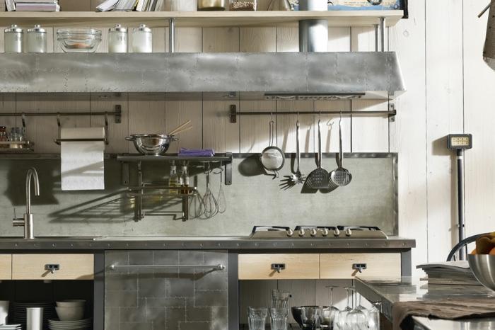 decoración original para cocinas blancas, interior moderno en gris y beige y toque vintage, muebles en color metálico