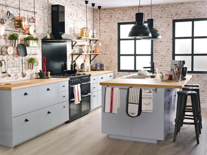 cocina con paredes revestidas de ladrillos pequeños, muebles cocina de madera pintados en gris, suelo de parquet y decoración vintage