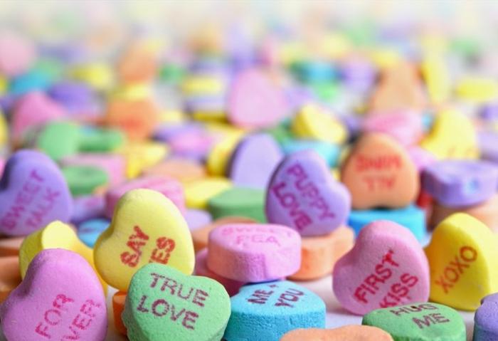 caramelos con estampados y mensajes románticos y amorosos, como sorprender a mi novia de una manera original, caramelos multicolor