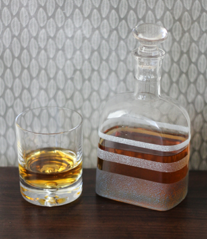 botella de vidrio de diseño sofisticado, decoración con cinta adhesiva, propuestas para manualidades recicladas
