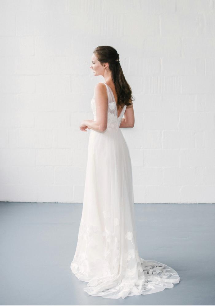 vestidos bonitos, vestido bonito de corte princesa con espalda descubierta, falda con visillo de encaje, pelo en semirecogido