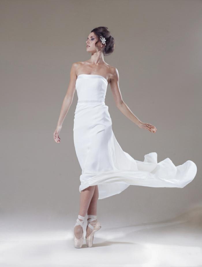 vestidos bonitos, vestido con escote palabra de honor y falda asimétrica, pelo recogido en precioso moño