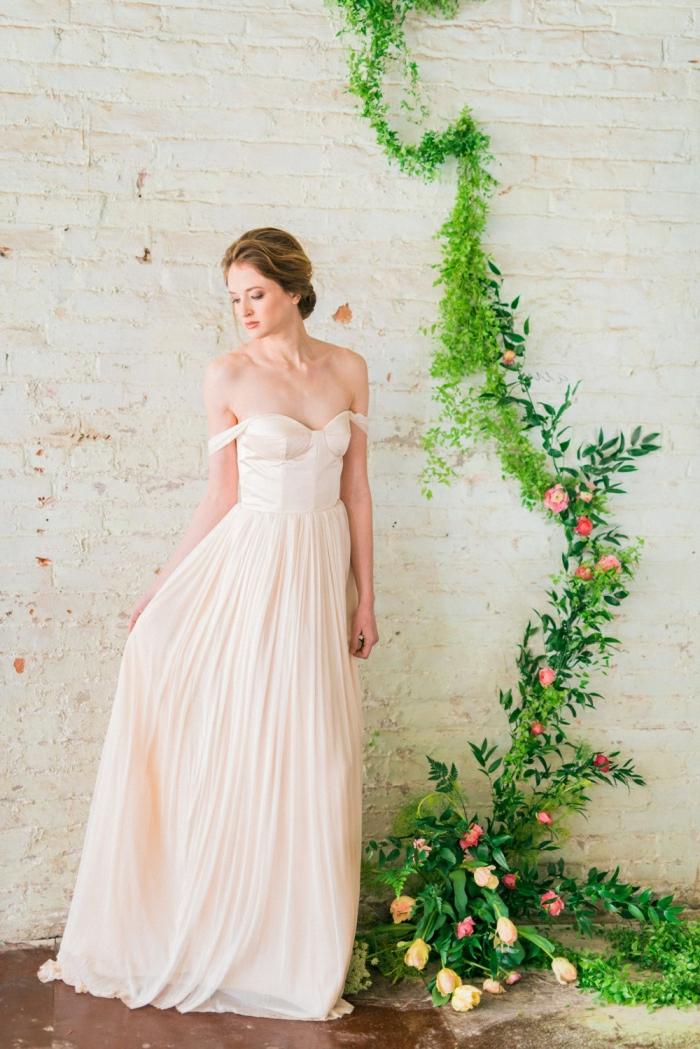 vestidos bonitos, elegancia en color rosa, vestido de corte princesa con falda en volantes y hombros descubiertos, pelo recogido en moño