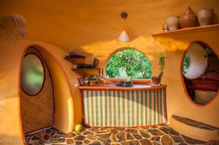 mini casas sobre ruedas, casa original en anaranjado, casita de ensueños con interesantes elementos arquitectónicos