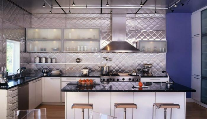 preciosa idea para decorar la cocina, paredes laminadas, muebles cocina funcionales en blanco, partes de la pared en color lila