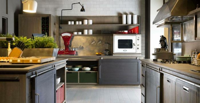 cocina funcional de encanto con muebles cocina vintage, decoración de plantas verdes en grande macetero