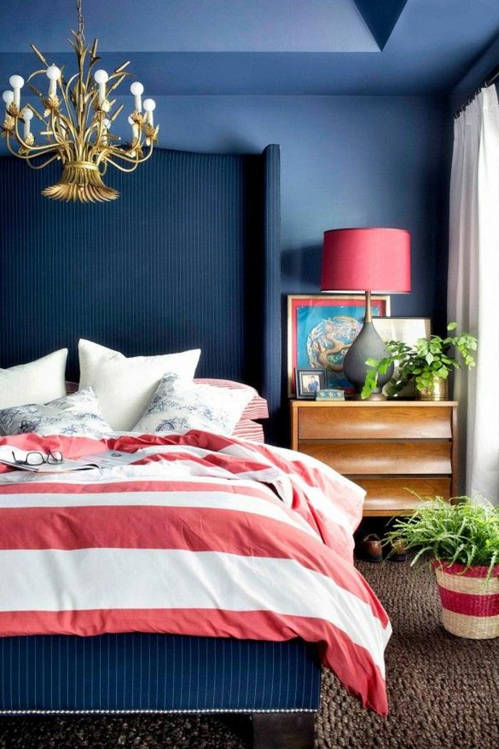 ambiente vintage decorado de cuadros modernos, paredes en azul y detalles decorativos en blanco y rojo