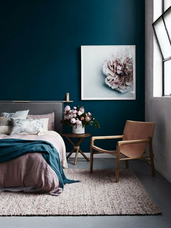 estancia acogedora decorada en azul saturado y tonos pasteles, cuadros modernos para habitaciones dobles