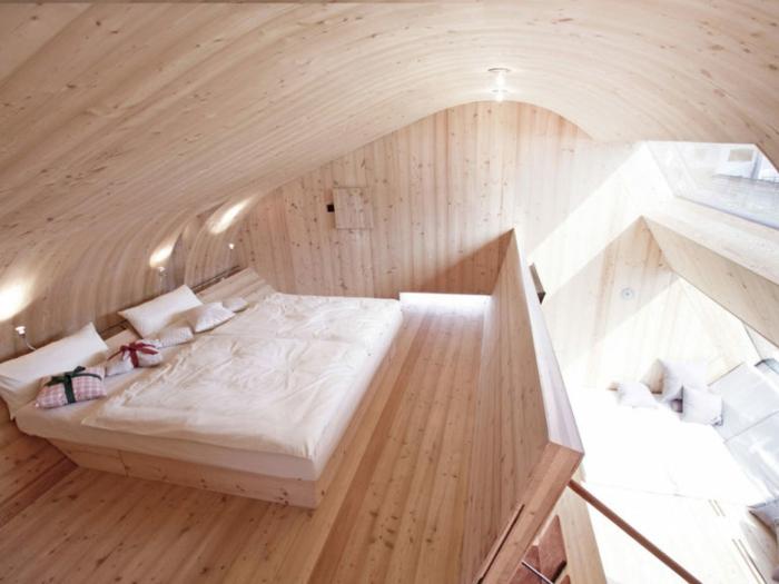 mini casas sobre ruedas, interesantes elementos arquitectónicos, casa pequeña revestida de madera, grande cama doble