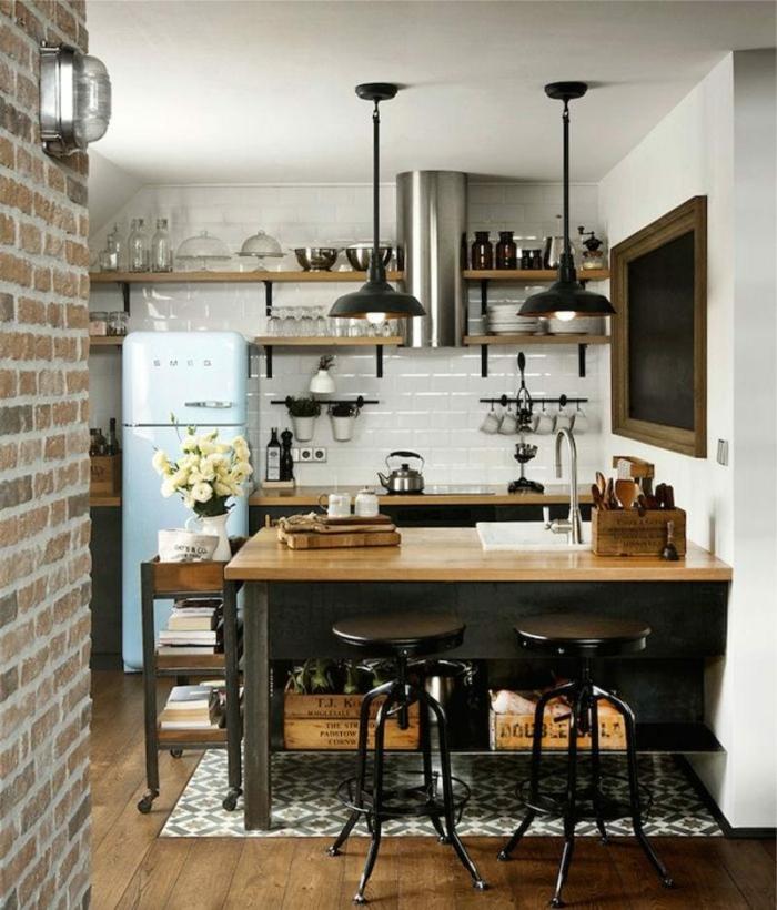 cocinas blancas con muebles de madera, barra funcional con sillas de barra negras y pared de ladrillos