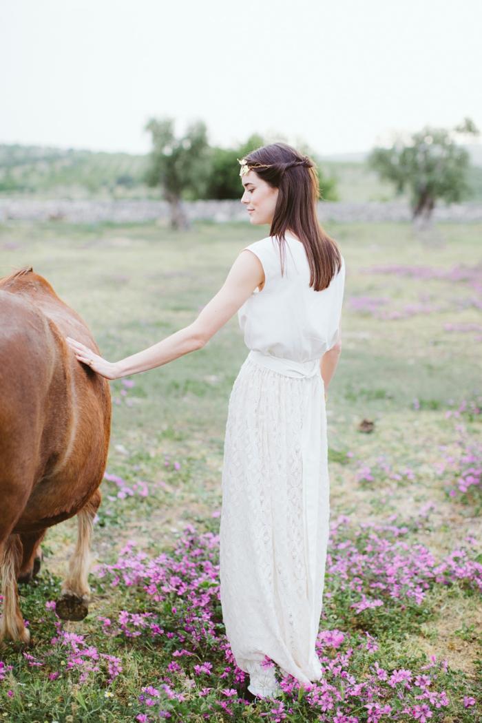 vestidos boda civil, vestido simple de líneas limpias, ideas de vestidos minimalistas para una boda íntima, pelo suelto