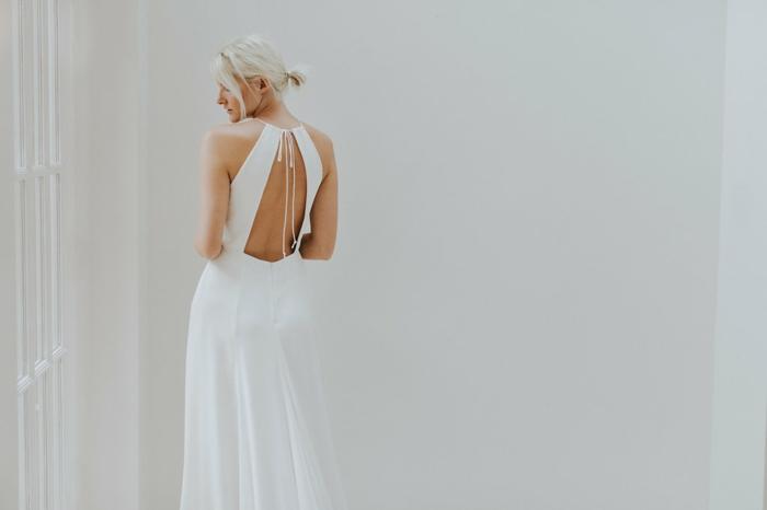 vestidos de novia modernos, vestido con espalda original, correas anchas cruzadas, vestido de satén en blanco