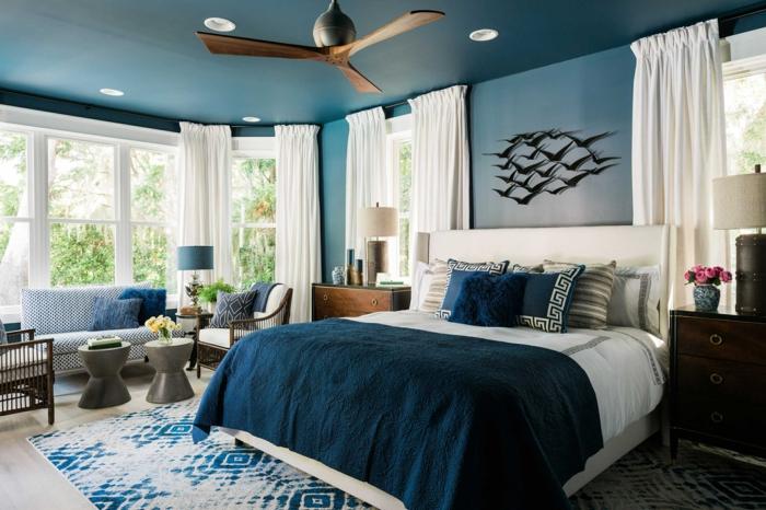 ideas con vinilos decorativos, habitación en las tonalidades del azul y blanco, grandes ventanas