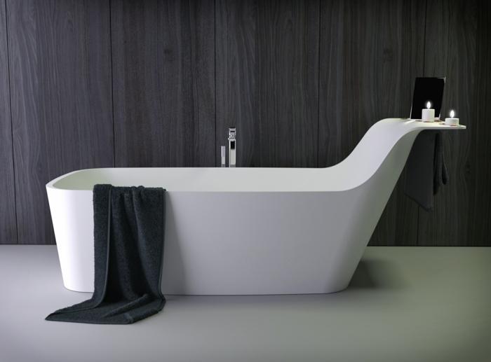 bañera moderna de porcelana blanco con toalla negra y espacio para candelas, detalle de baño moderno, mueble lavabo