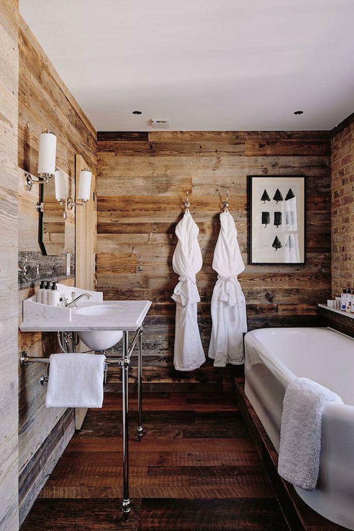 cuarto de baño pequeño con detalles de estilo moderno y revestimiento de madera en estilo rústico, cuadro decorativo para la pared