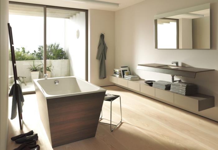 decoración escandinava, baño con mucha luz natural, bañera con imitación de madera, mueble bajo, espejo, suelo laminado