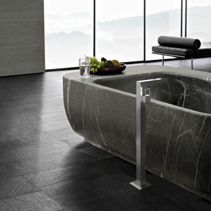 muebles baño, baño de lujo moderno en piso alto, bañera de granito forma rectangular, ventanales, banco tapizado de piel