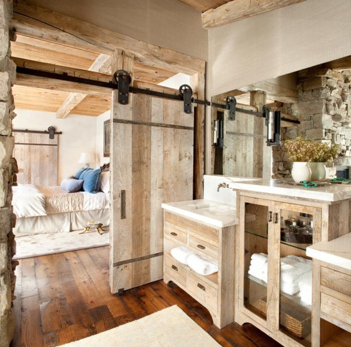 baño acogedor en tonos claros revestido de madera, muebles de baño rusticos de encanto, grande espejo