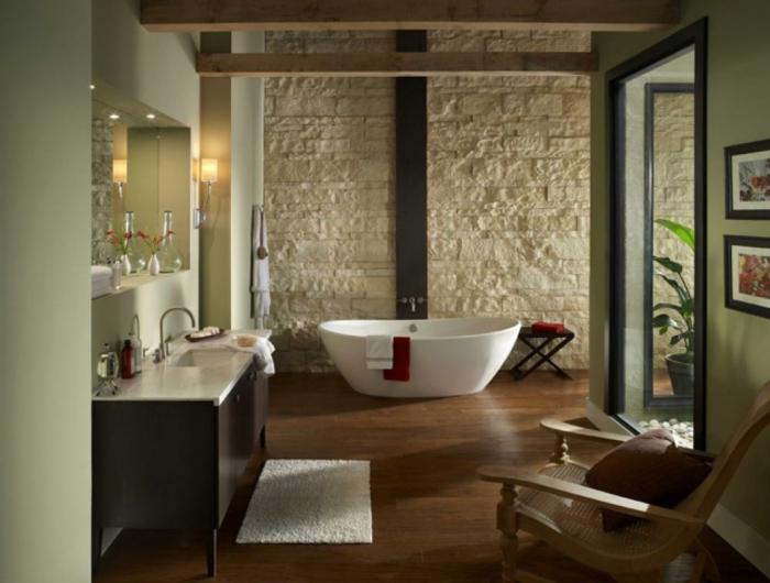 cuarto de baño decorado en verde claro y beige, suelo de parquet y paredes revestidas de madera, muebles de baño rusticos